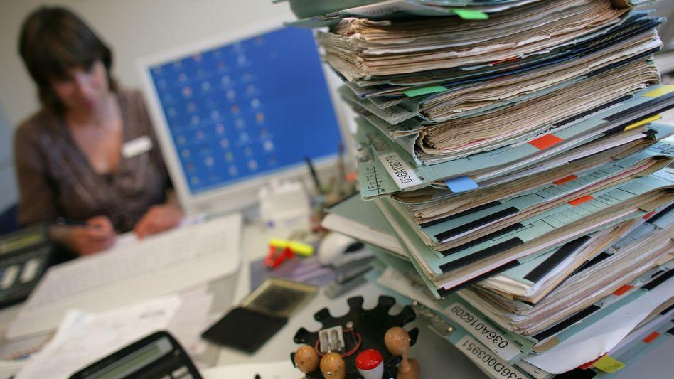 Die Akten stapeln sich: Meist sind mehr als acht Stunden Arbeit am Tag verboten