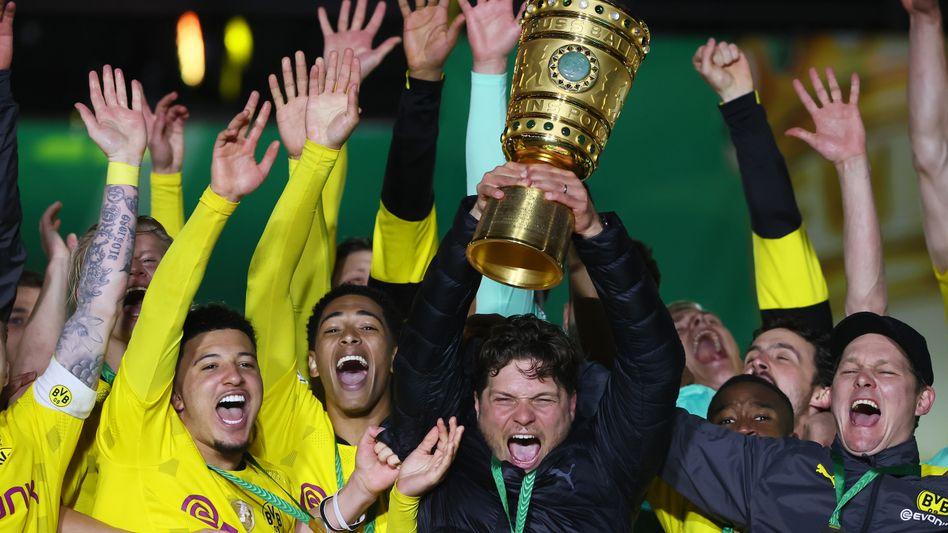 Edin Terzić hebt den DFB-Pokal in die Luft