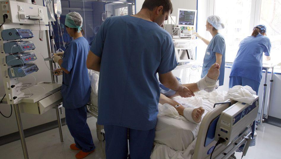 Ärzte und Patient auf der Intensivstation: Vor allem Immungeschwächte sind durch Keime gefährdet