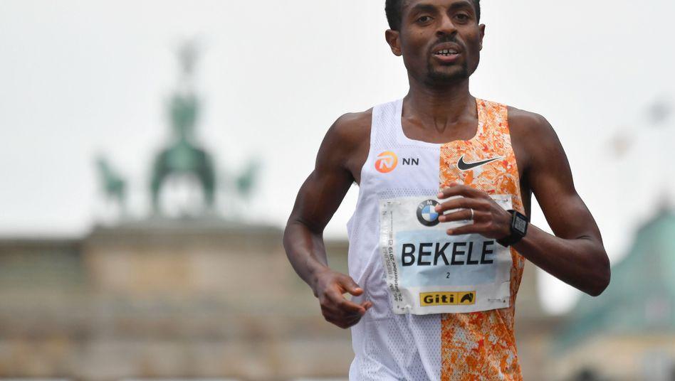 Kenenisa Bekele im Zielbereich des Berlin-Marathons am Brandenburger Tor
