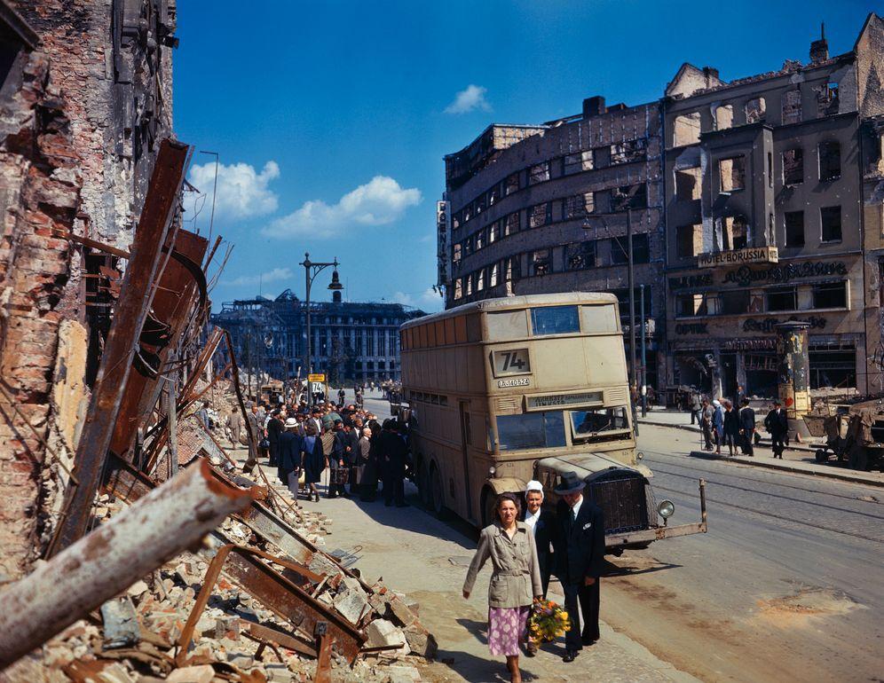 Deutschland 1945 (Straßenszene in Berlin): Aufbruch in Trümmern