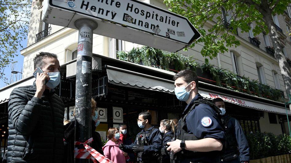 Polizisten in der Nähe des Tatorts