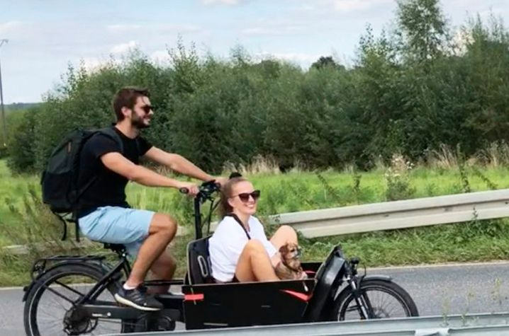 Im Lastenrad von Tobias und Anna werden auch mal Besucher mit Hund herumkutschiert
