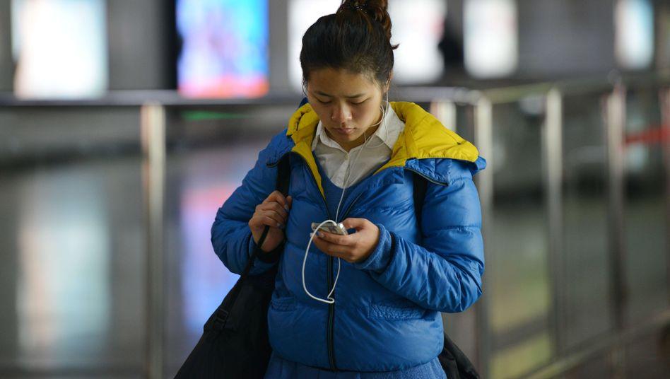 Handy-Nutzerin in Shanghai: In China gehen die meisten mobil ins Internet