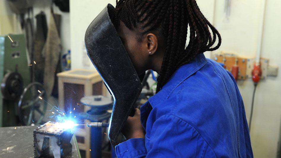 Aus Afrika geflohene Schülerin bei Kurs in Metallwerkstatt: Fachkräfte werden in Deutschland gebraucht
