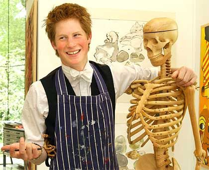 Harry (links) mit Skelett und einer mit Farbe beklecksten Malerschürze über der Schuluniform