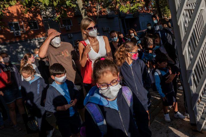 In Spanien gilt für Kinder ab sechs Jahren auf dem Schulgelände fast immer und überall Maskenpflicht