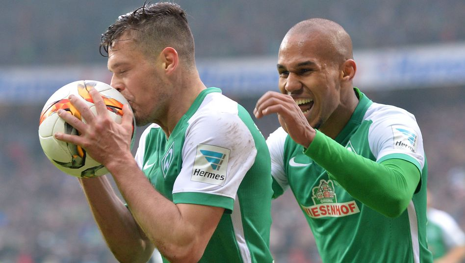 Werder-Profi Zlatko Junuzovic (l.), Teamkollege Theo Gebre Selassie