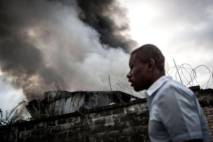 Großbrand in einer Lagerhalle der Wahlkommission am 13. Dezember