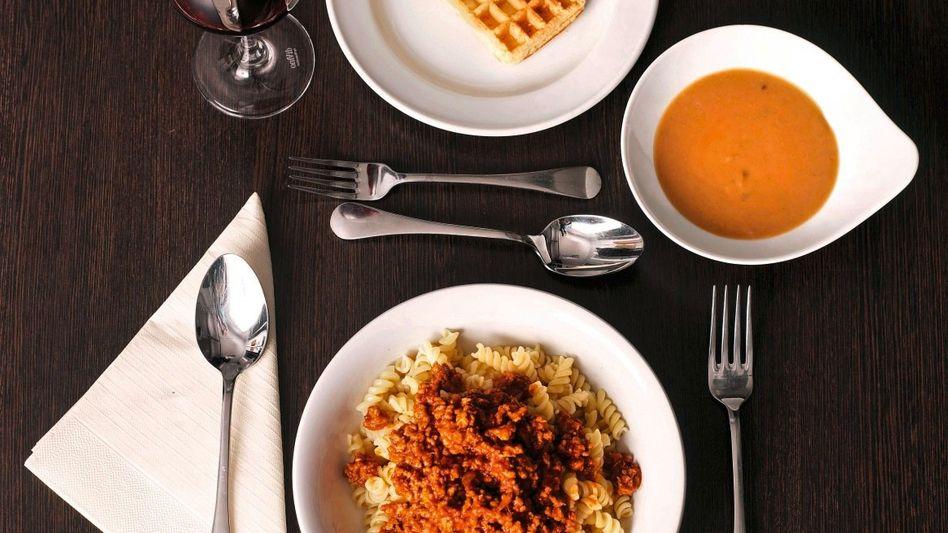Ein Drei-Gänge-Menü für 7,19 Euro: Pilzsuppe, Nudeln mit Hackfleischsauce, Waffeln mit Eis