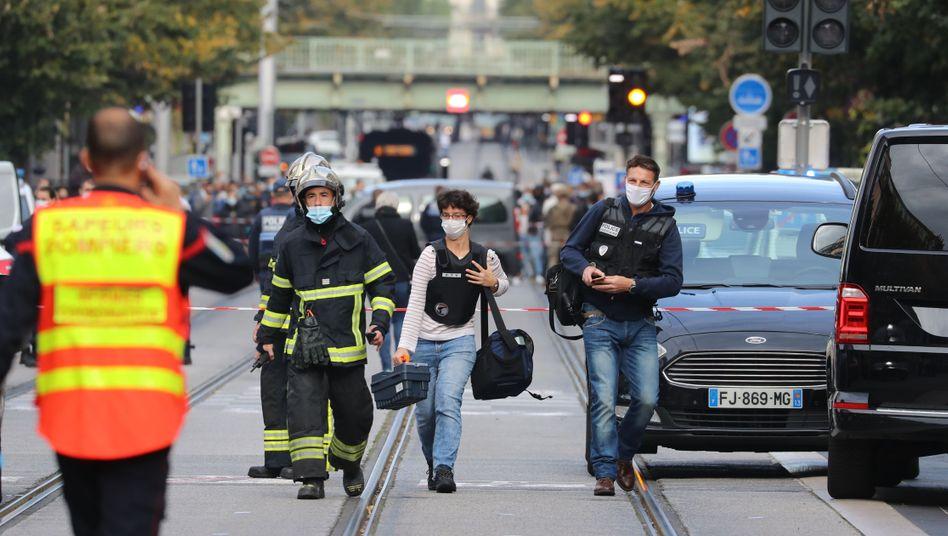 Tödliche Attacke in Nizza: Einsatzkräfte auf dem Weg zum Tatort