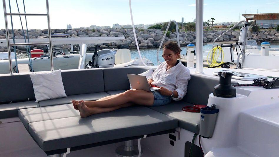 Maren Wagener an ihrem Arbeitsplatz - sie lebt auf einem Segelboot im Mittelmeer