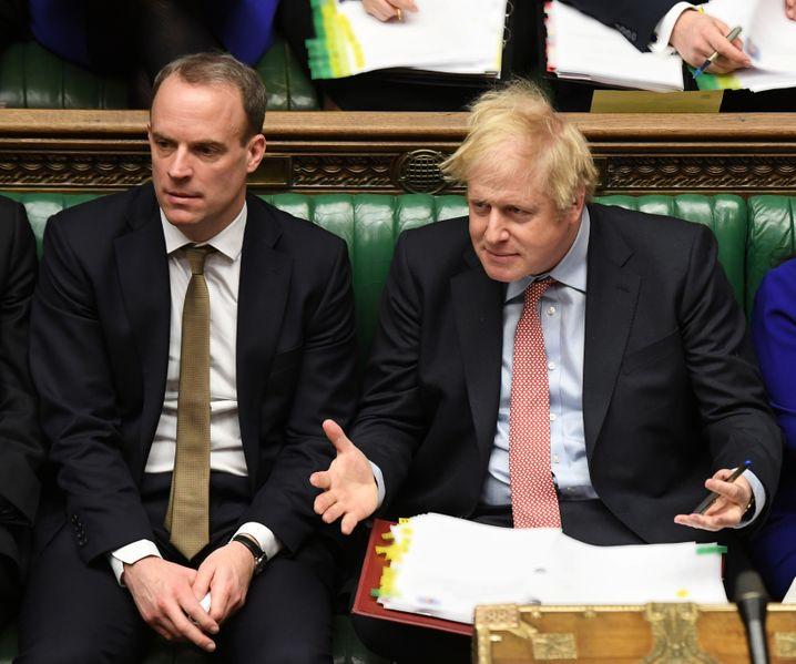 Außenminister und First Secretary neben Prime Minister: Bis Mitte März saßen die Abgeordneten im Unterhaus dicht gedrängt nebeneinander. Raab wurde zweimal negativ auf eine Infektion mit dem Coronavirus getestet - Johnson gab Ende des Monats seine Erkrankung bekannt