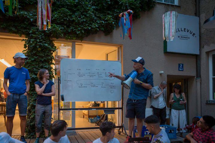 Kurz vor Aufbruch im Bellevue di Monaco, einem Wohn- und Kulturzentrum für Geflüchtete in der Münchner Innenstadt