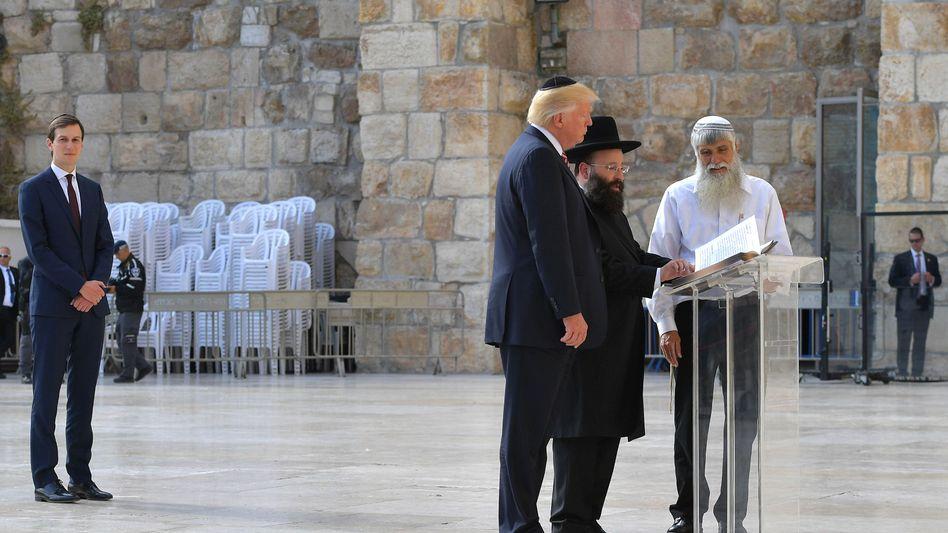 Donald Trump und Jared Kushner (l.) an der Klagemauer