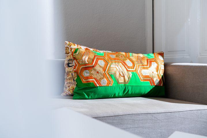 Die Kissen in Hongs Wohnung sind aus dem Stoff alter Kimonos genäht.