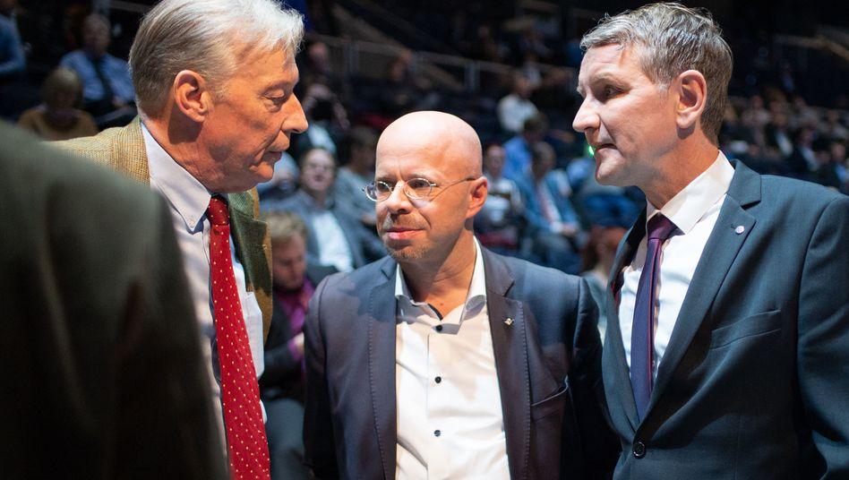 Der AfD-Bundestagsabgeordnete Armin Paul Hampel mit dem Brandenburger Landesvorsitzenden der AfD, Andreas Kalbitz, und dem Thüringer Landesvorsitzenden Björn Höcke (v.l.)