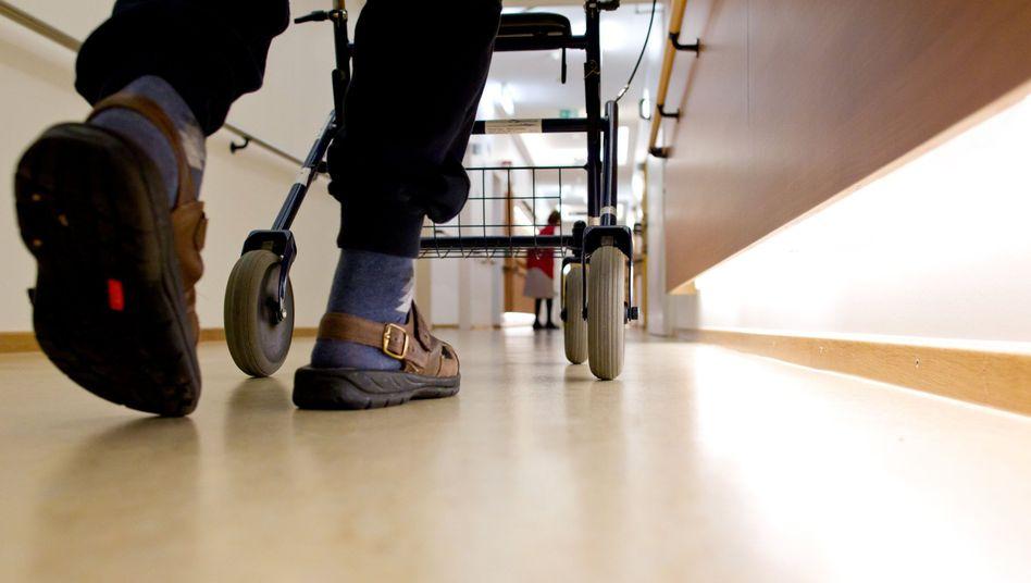 Alter Mann im Pflegeheim: Kosten steigen kontinuierlich