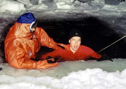 Albert (r.) beim Eistauchen (Archiv): Der Monegasse hatte sich gut auf seinen Nordpol-Trip vorbereitet
