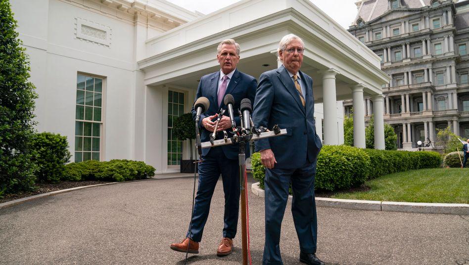 Die führenden Republikaner Kevin McCarthy (l.) und Mitch McConnell stellen sich gegen Bidens Pläne für Steuererhöhungen