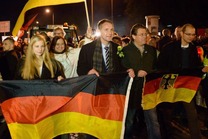 Björn Höcke (M., mit Krawatte) bei einer AfD-Demo in Erfurt