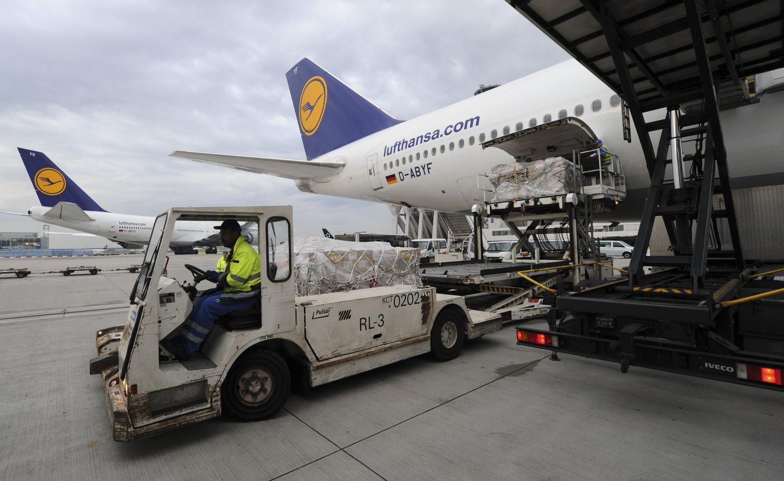 Frachtentladung am Flughafen Frankfurt