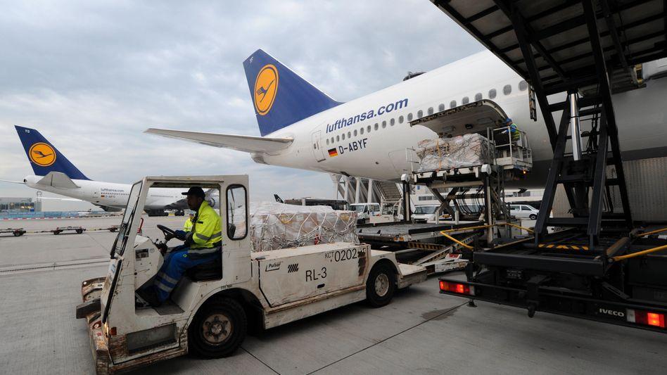 Flughafen Frankfurt: Arbeiter entladen Fracht (Archiv)