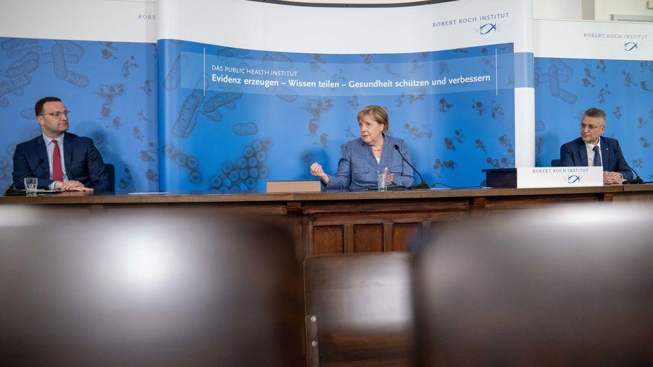 Gesundheitsminister Spahn mit Bundeskanzlerin Merkel und RKI-Chef Wieler (v.l.)