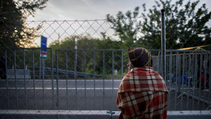 Flüchtlinge in Ungarn: Nachts auf den Bahnschienen