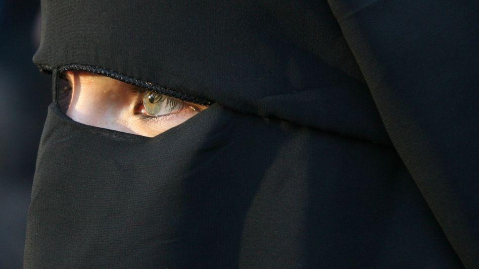 Vollverschleierte Frau (Archiv): Studentin muss an der Uni Gießen Gesichtsschleier ablegen