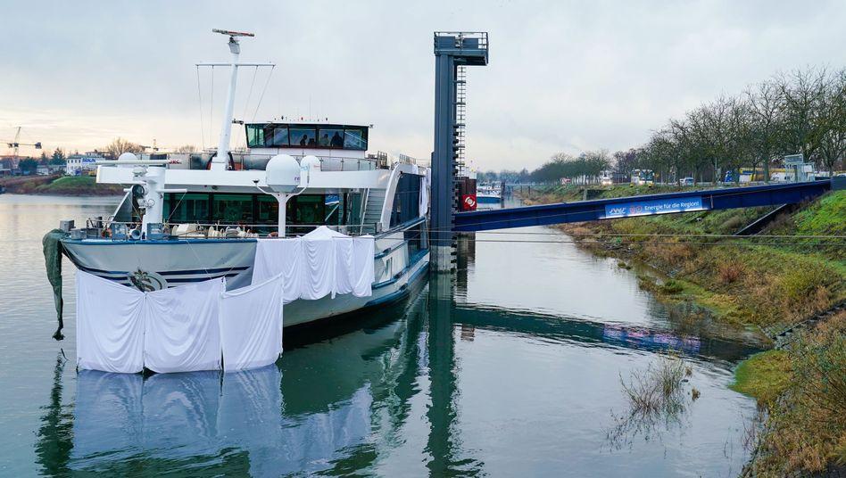 Rheinland-Pfalz, Speyer: Stofftücher bedecken den Bug eines im Hafen liegenden Fahrgastschiffs