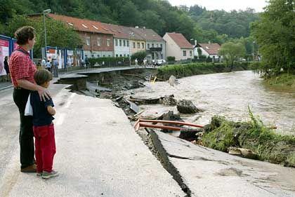 Die Donau schwoll in Niederösterreich so kräftig an, dass die Straße bei Krems weggespült wurde