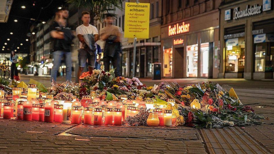 Blumen und Kerzen am Tatort in Würzburg: »Krank im Kopf«