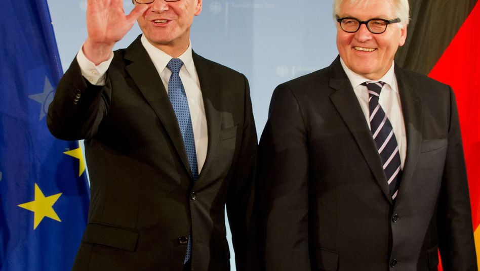 Alter und neuer Außenminister, Westerwelle (FDP) und Steinmeier (SPD): Übergabe des Amtes