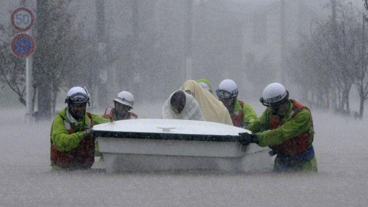 "Japan: Angst vor Taifun ""Roke"""