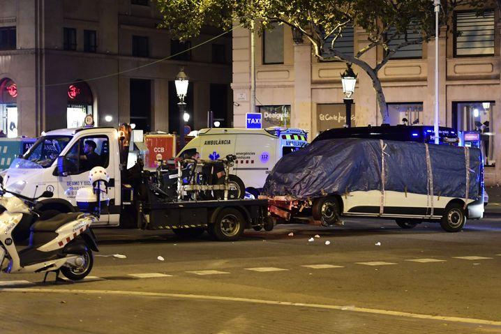 Der Lieferwagen wird in Barcelona abtransportiert