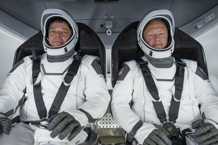 Futuristischer Look: Raumfahrer Behnken (l.) und Hurley (r.) beim Probesitzen in ihrer Kapsel