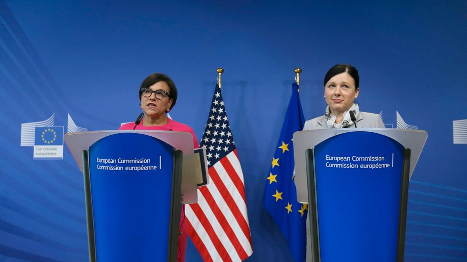 EU-Justizkommissarin Vera Jourova (r.), US-Handelsministerin Penny Pritzker