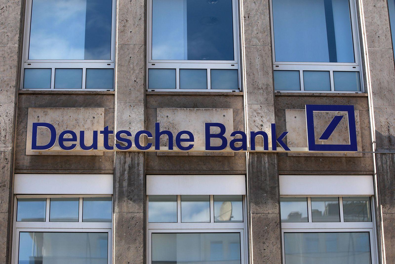 Schriftzug derDeutsche Bank Filiale in Dortmund. *** Logo of the Deutsche Bank branch in Dortmund