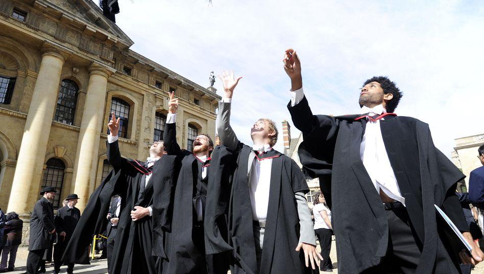 Oxforder Studenten in akademischer Kluft: Weiße Fliegen künftig nicht nur für Männer