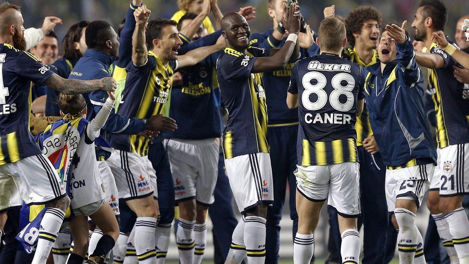 Jubelnde Fenerbahçe-Profis: Meisterschaft perfekt
