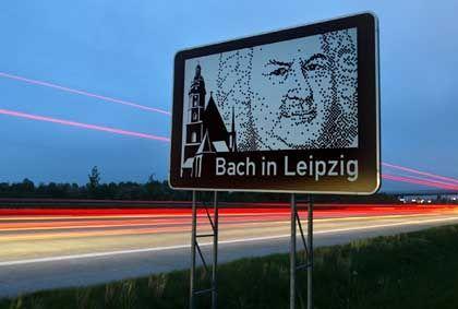 """""""Bach in Leipzig"""": Unterrichtungstafel an der Autobahn A14 zwischen Halle und Leipzig"""