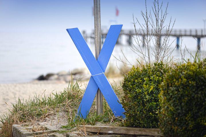 Die Gründe der Gegner sind vielfältig, das blaue Kreuz eint sie: Symbol gegen den Belttunnel in Haffkrug