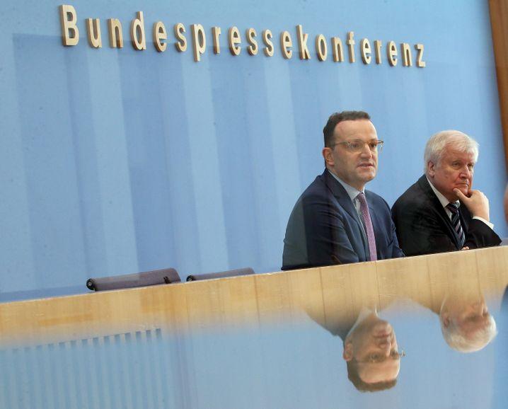 """Gesundheitsminister Jens Spahn und Innenminister Horst Seehofer: """"Die Lage ist ernst"""""""