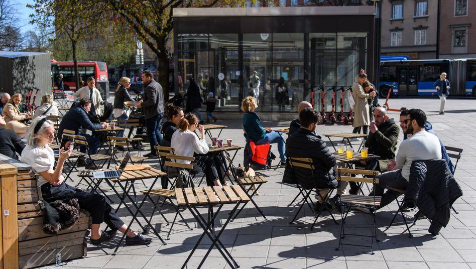 Café in Stockholm am 15. April: Schwedischer Alltag fast ohne Verbote