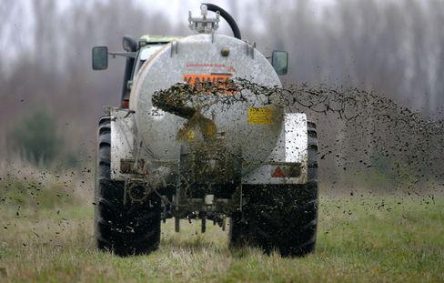 Ein Landwirt bringt in Niedersachsen Gülle auf einem Feld aus