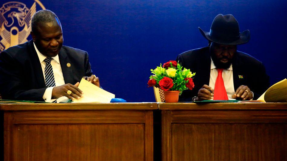 Der Anführer der südsudanischen Rebellen Riek Machar und Südsudans Präsident Salva Kiir