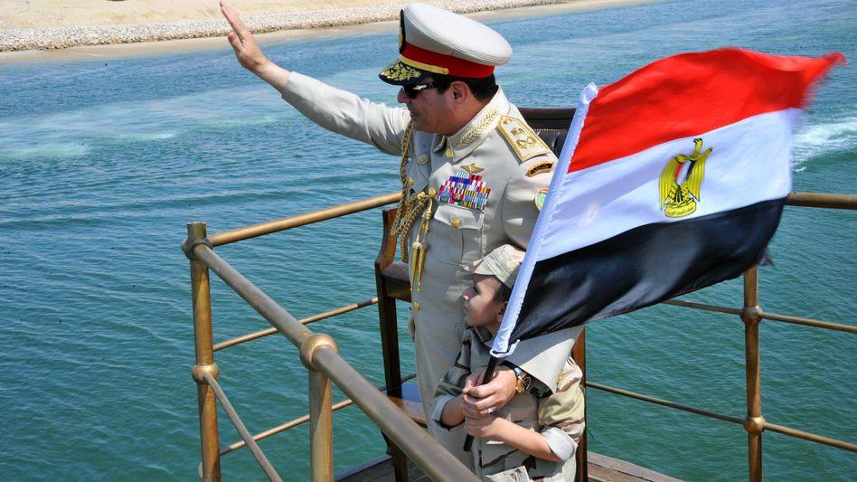 Gut gelaunt: Abdel Fattah el-Sisi bei der Eröffnung der zweiten Fahrrinne des Suezkanals