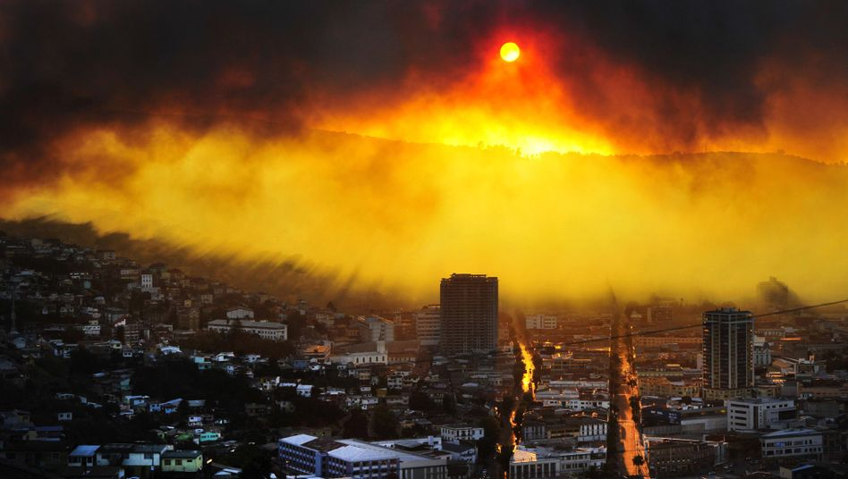 Großbrand in Chile: Feuerwalze bedroht Hafenstadt Valparaíso