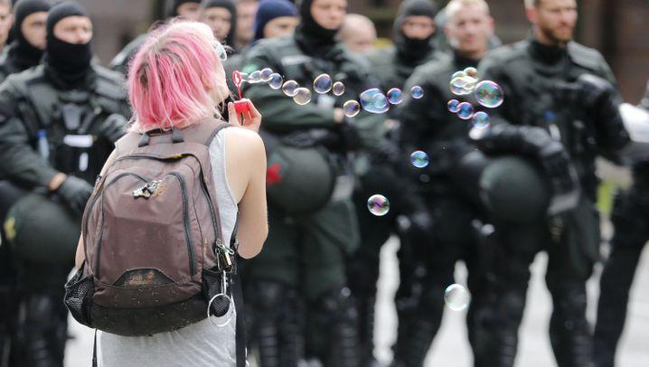 Kreativer G20-Protest: Liebe statt Hiebe
